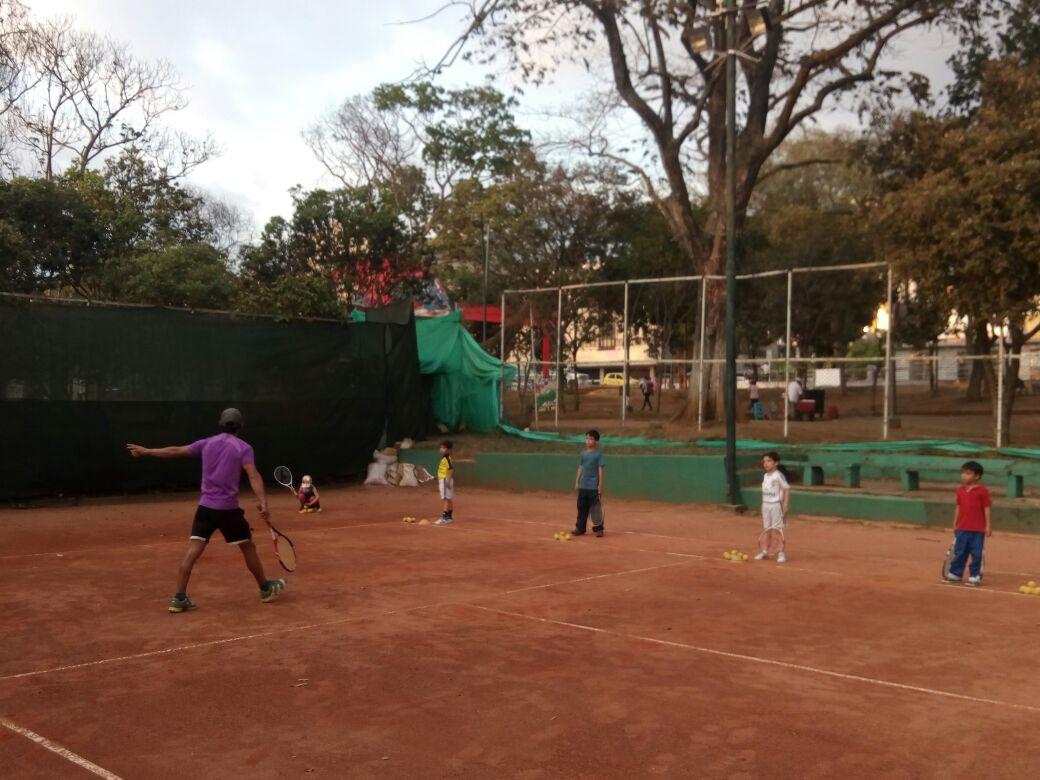 Torneo de tenis de campo del Inderbu (Instituto de la Juventud, el Deporte y la Recreación) en la Universidad Industrial de Santander, UIS, de Bucaramanga